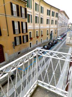 Una veduta dal balcone che si affaccia su Via Goldoni. Tutto è a pochi minuti a piedi da casa.