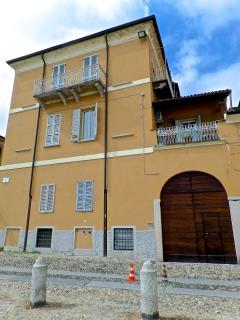 Una veduta della facciata esterna e del portone d'ingresso.