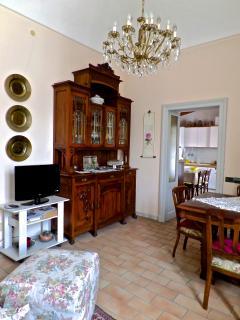 Un'immagine del soggiorno, con l'antico mobilio.