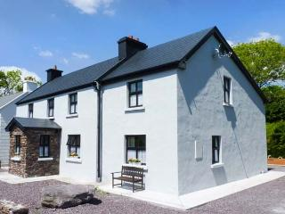 BALLYBRACK LODGE, pet-friendly cottage with woodburner, open plan, Ring of
