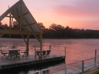Hidden Haven, 8+ Lakeside Acres, Hike to Dock & Fishing, Old World Charm