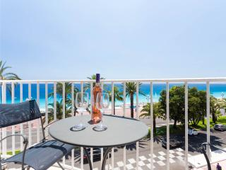 Welcoming 2 bedroom apartment with balcony overlooking Nice's Promenade des Anglais, Niza