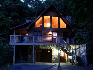 HEAVENLY HIDEAWAY - 3 Level Log Cabin Wi/Privacy, WiFi & Bubbling Hot Tub!