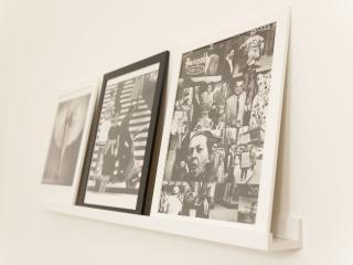 Particolare delle tante stampe fotografiche d'autore presenti in casa