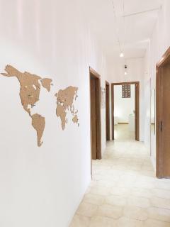 Ingresso dell'appartamento e vista su mappamondo segnavisite in sughero