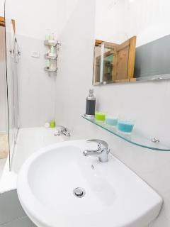 Particolare della zona bagno con vasca