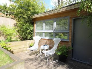 Sunny Studio 2 with Private Garden N6., Londres