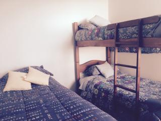 Dormitorio para tres personas . Con baño en suite , tina y ducha. Vista a la playa