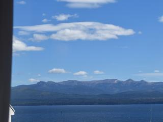 Vista desde la ventana al lago Nahuel Huapí y cordillera