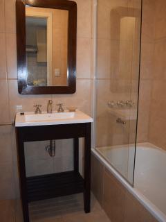 Baño completo con bañera (mampara de vidrio) y bidet