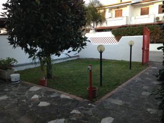 Villino a piano terra con giardino e veranda, Bella Farnia