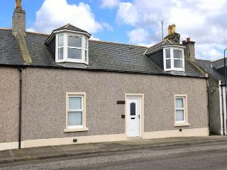 HAZLEDENE COTTAGE, pet-friendly cottage with open fire, flexible sleeping, seaside location in Banff, Ref. 924596
