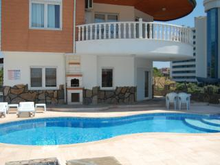 Plenty of space 5 bedrooms large private swimming pool