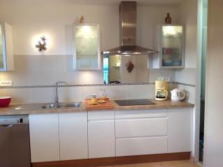 La cuisine, avec fenêtre Ouest et vue Mer.