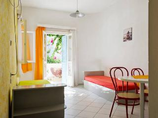 4 persons apartment with swimming pool 2min walk to the sea.