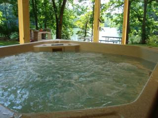 Huge hot tub with lake view!