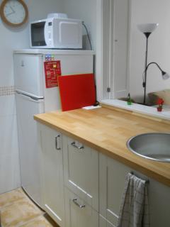 cocina equipada con frigorífico, microondas, placa de inducción, cafetera, tostadora, etc