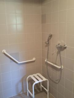 salle de bain de la chambre du bas : accès en fauteuil