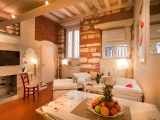 LE CADREGHE APARTMENTS in Verona city centre