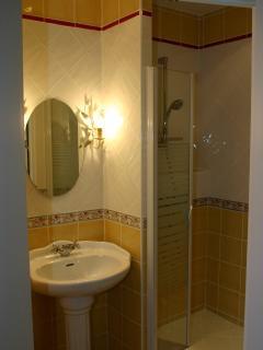 salle de douches chambre jaune