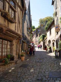 La rue du Jerzual reliant le port à la cité médiévale
