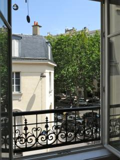 From the living room, the view is the corner of rue Bixio and avenue de Segur
