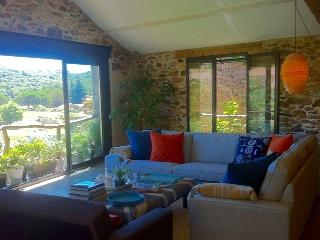 Large converted Wine Barn with stunning views, Faugères