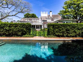 WEEKW - CLASSIC, IN-TOWN EDGARTOWN, ENGLISH-COUNTRY CHIC LUXURY HOME WITH POOL A