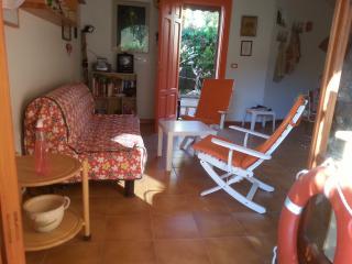 Villa al mare : zona notte in taverna e giardino, Scilla