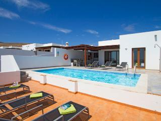 Casa Liana, Holiday Villa with Private Pool, Pool Table, Table Tennis, Playa Blanca