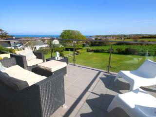 Mor Glas - stylish property, sea view, walk to beach & village
