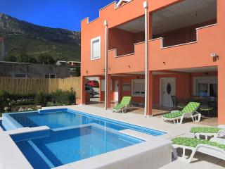 Luxury apartment with pool, BBQ & garden, Kastel Sucurac