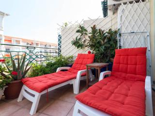 Gorgeous 2 bedroom holiday apartment with delightful balcony in central Nice