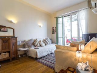 Gorgeous 2 bedroom holiday apartment with deligfhtful balcony in central Nice, Niza