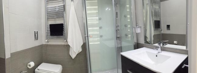 Bagno con doccia idromassaggio e radio