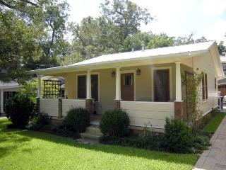 Zilker Cottage. Sleeps 2. Walk to so many places!, Austin