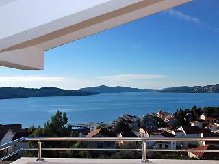 Lovely attic apartment with sea views 1355, Okrug Gornji