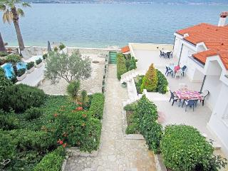 Holiday home right on the beach for 4p 5924, Slatine