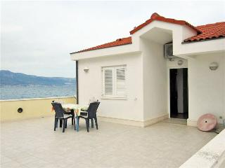 Cosy ground floor apartment by the sea 5925, Slatine