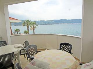 Quiet holiday home on the seafront 5987, Slatine