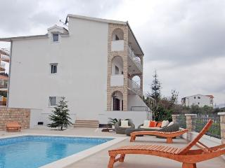 Lovely holiday home with swimming pool 7682, Slatine