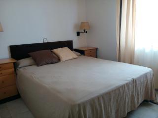 Habitación principal muy luminosa con cama de 150 x190 cm y colchón viscolastico.