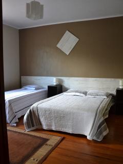 Chambre avec 1 lit double et 1 lit simple