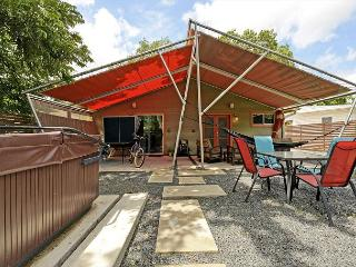 2BR Modern Duplex - Unit A, Hot Tub & Fun Yard, Walk to Zilker & SoLa