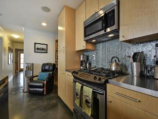 2BR Modern Duplex - Unit B, Hot Tub & Fun Yard, Walk to Zilker & SoLa