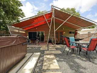 2BR Modern Duplex - Unit B, Hot Tub & Fun Yard, Walk to Zilker & SoLa