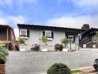 GREAT CDM LOCATION!  Quaint 2BR Upper Apartment close to beach, dining & shop, Corona del Mar