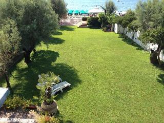 villa con giardino  prima fila mare, Terracina