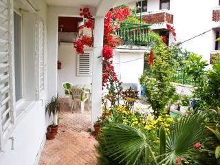 Comfortable apartment with a green garden, Herceg-Novi
