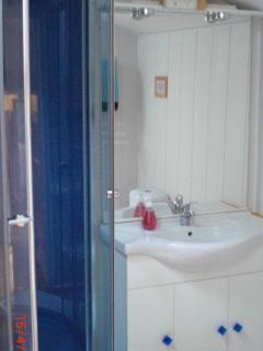 En-suite shower room. Twin bedroom.